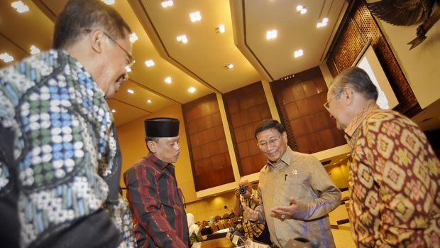 Eks Wakil Ketua DPD Farouk Muhammad (kedua kanan).