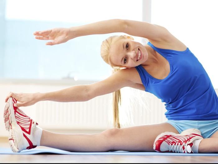 Jika Anda tidak dapat pergi ke gym, mengapa tidak mencoba melakukan peregangan atau stretching sederhana di rumah? Fokuslah untuk memperpanjang otot dan menarik napas dalam-dalam untuk mengurangi kram dan nyeri. Foto: Thinkstock