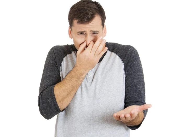 Tutup hidung dan mulut saja tidak cukup untuk melindungi diri dan orang lain dari flu. (Foto: Thinkstock)