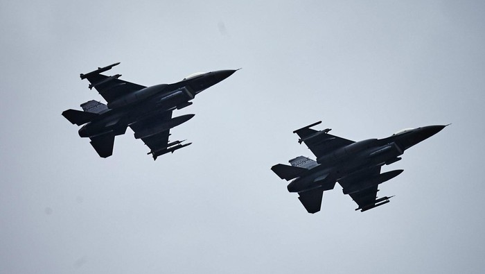 F-16 Fighting Falcons during aviation detachment exercies at the Air Force base in Lask, Poland June 19, 2015.  REUTERS/Tomasz Stanczak/Agencja Gazeta   THIS IMAGE HAS BEEN SUPPLIED BY A THIRD PARTY. IT IS DISTRIBUTED, EXACTLY AS RECEIVED BY REUTERS, AS A SERVICE TO CLIENTS. POLAND OUT. NO COMMERCIAL OR EDITORIAL SALES IN POLAND.