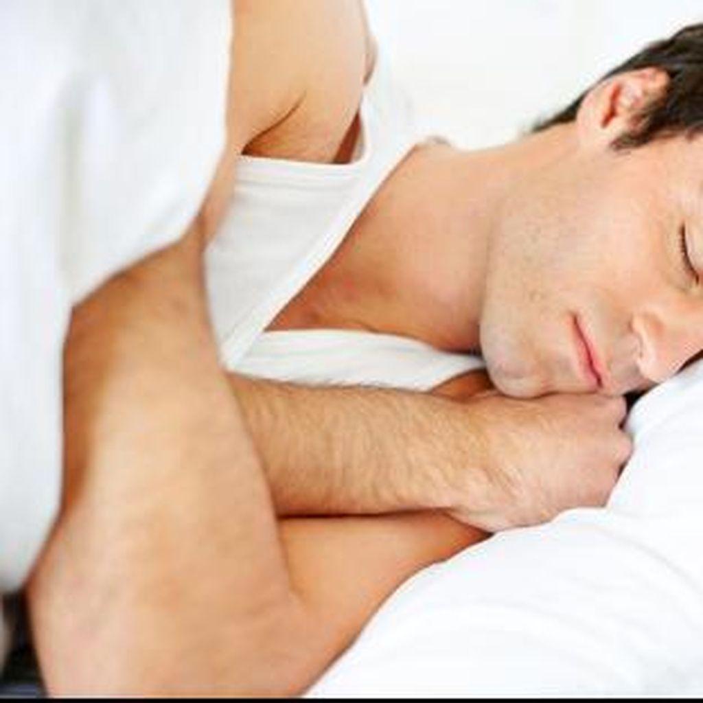 Punggung Pegal Seharian Duduk di Kantor? Redakan dengan Posisi Tidur Ini
