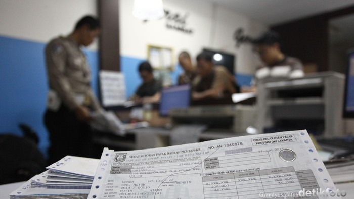 Petugas Samsat Jakarta Pusat saat melayani perpanjangan pajak kendaraan bermotor di Pelayanan Gerai Samsat, Thamrin City, Jakarta Pusat, Sabtu (27/06/2015). Pelayanan di gerai samsat pada akhir pekan ini dalam rangka Bulan Bhakti Pelayanan Prima memperingati HUT Bhayangkara ke 69 pada 1 Juli 2015 dan sekaligus menyikapi kebijakan pemrov DKI Jakarta terkait pembebasan denda pajak atau pemutihan yang dilakukan dalam rangka HUT DKI Jakarta. Grandyos Zafna/detikcom