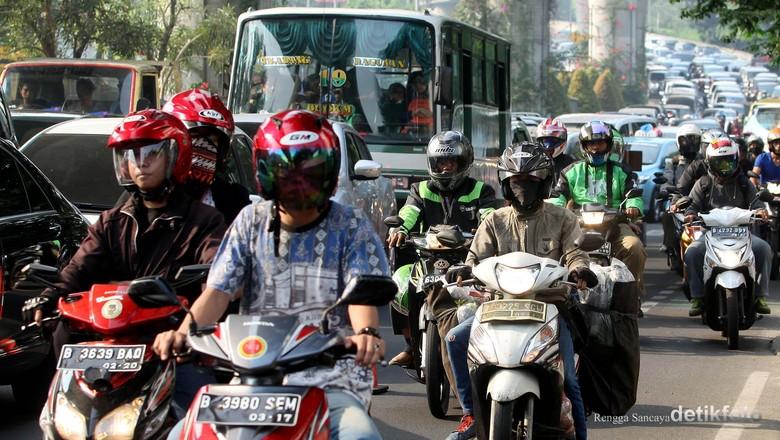 Direktorat Lalu Lintas Polda Metro Jaya memberlakukan kanalisasi sepeda motor di ruas Jalan Iskandarsyah, Jakarta Selatan, Senin (29/06/2015). Jalur khusus sepeda motor itu berada pada ruas paling kiri dan mulai di berlakukan hari ini hingga seterusnya. Rengga sancaya/detikcom.
