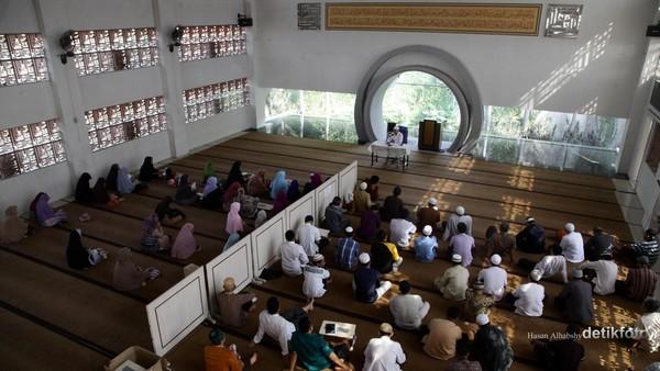 Masjid yang didesain oleh Arsitek Ridwan Kamil ini memiliki keunikan yang berbeda dengan masjid-masjid pada umumnya karena mengambil inspirasi dari bangunan Kabah di Baitullah Mekah. Hasan Al Habshy/detikcom