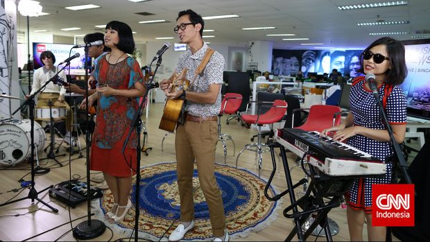 White Shoes and The Couples Company santai merilis album baru.