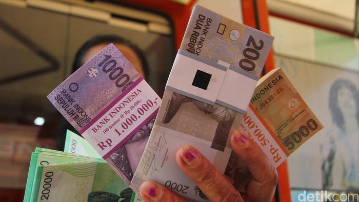 Petugas menghitung uang pecahan kecil yang akan ditukarkan di layanan mobil kas keliling di Lapangan IRTI Monas, Jakarta Pusat, Kamis (2/7/2015). Sedikitnya ada 15 bank yang turut menyediakan penukaran uang tunai pecahan nominal Rp 2.000, Rp 5.000, Rp 10.000 dan Rp 20.000 sampai tanggal 15 juli mendatang untuk memenuhi kebutuhan transaksi masyarakat khususnya dengan uang pecahan kecil (UPK) dalam rangka menyambut lebaran Hari Raya Idul Fitri. (Foto: Rachman Haryanto/detikcom)
