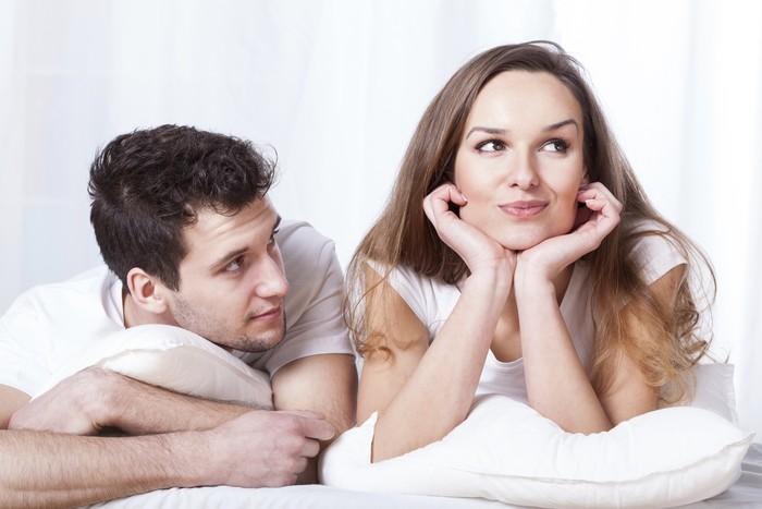 Pasangan di atas ranjang mencoba berkomunikasi.