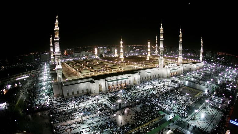 Suasana ibadah di bulan puasa di kota Madinah. Getty Images.