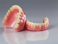 Gigi Patah dan Keropos, Sebaiknya Ditambal atau Diganti Gigi Palsu?