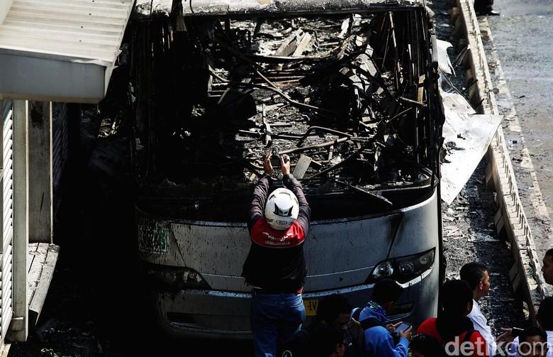 Ilustrasi TransJakarta terbakar. Foto: Rengga Sancaya