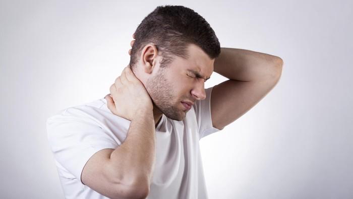 Nyeri di leher tidak selalu karena Anda kelamaan menunduk atau menahan beban berat di sekitar leher. Nyeri di bagian ini juga bisa terjadi ketika Anda tidak bisa memaafkan orang lain dan diri sendiri. Jika benar demikian, coba lihat sisi lain yang bisa Anda cintai atau syukuri. (Foto: thinkstock)