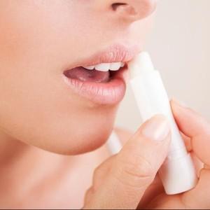 7 Rekomendasi Produk Lip Serum untuk Mencerahkan Bibir Gelap