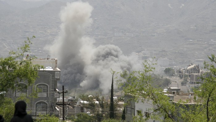 Dust rises from the site of a Saudi-led air strike in Yemens southwestern city of Taiz July 5, 2015. REUTERS/Stringer