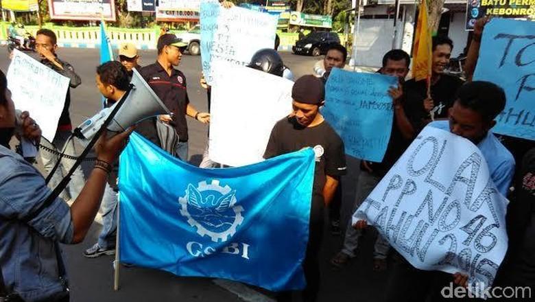 Puluhan Buruh Demo Disnaker Tolak PP JHT