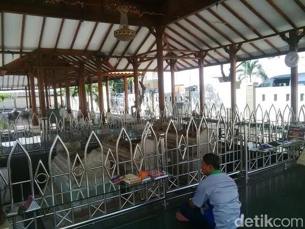 Makam Sunan Gresik atau Malauna Malik Ibrahim berada di Kelurahan Bedilan, Kecamatan Gresik, Kabupaten Gresik, Jawa Timur. Sunan Gresik disebutkan sebagai orang pertama yang menyebarkan Islam di Jawa. (Foto: Imam Wahyudiyanta)