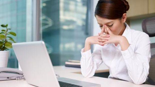 Ilustrasi karyawan yang sedang lelah dan mengantuk di kantor