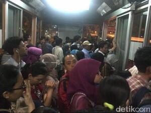 Kesal, Penumpang Memaksa Naik Bus TransJ yang akan Isi BBG di Kuningan