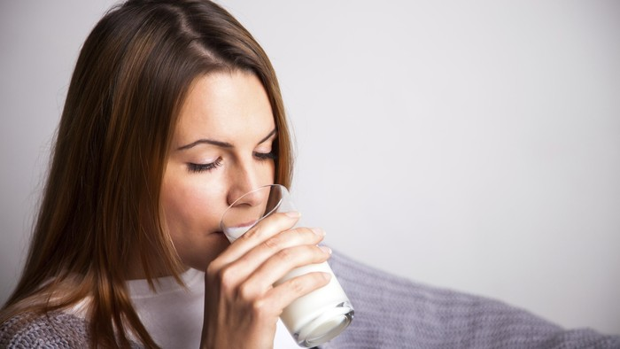 Susu merupakan minuman sumber kalsium. Foto: thinkstock