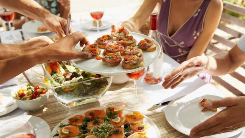 makan bersama di meja makan