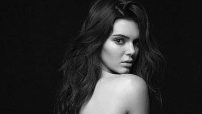 Foto bugilnya tersebar, Kendall Jenner dibully karena terlalu kurus. Foto: Calvin Klein