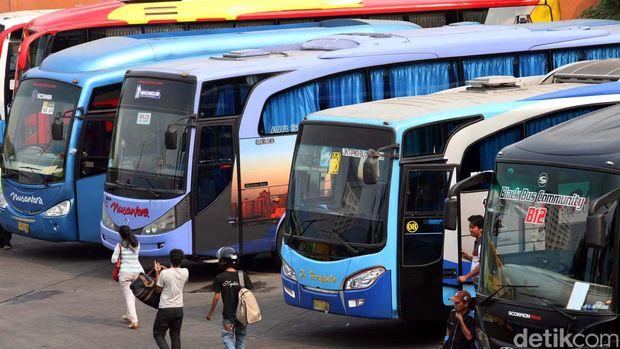 Terminal Lebak Bulus menjadi salah satu titik yang melayani para pemudik lebaran untuk menuju kampung halamannya di  wilayah Jawa dan Sumatera. Para armada dan organda bus antar kota antar provinsi pun bersiap sambut para pemudik. Rachman Haryanto/detikcom. File/detikFoto.