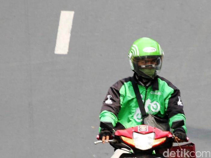 PT GO-JEK Indonesia selalu menjunjung tingkat keselamatan pengendara maupun penumpangnya. Kalau sering melanggar lalu lintas, pengendara GO-JEK bisa dilepas kemitraannya. Untuk diketahui, menurut CEO and Founder PT GO-JEK Indonesia, pengendara GO-JEK bukan karyawannya, melainkan partner kerja. Jadi, pengendara ojek bisa mendapatkan penumpang dari orderan di aplikasi GO-JEK. lamhot aritonang/detikfoto