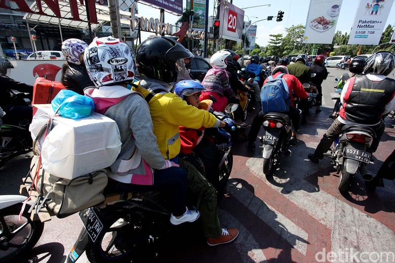 Pemudik yang menggunakan sepeda motor (Foto: Rengga Sancaya)