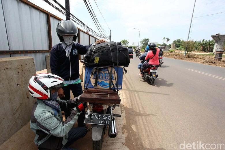 Motor membawa barang. Foto: Rengga Sancaya