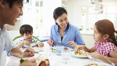 5 Tips agar Anak Mau Diajak Makan Bareng Ayah dan Bundanya