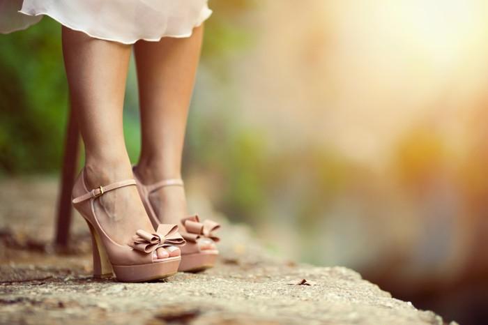 Ilustrasi seorang wanita yang menggunakan sepatu berhak tinggi atau high heels