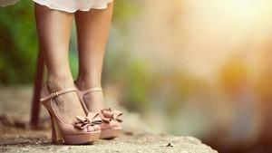 4 Risiko Kesehatan Pakai Sepatu Hak Tinggi Setiap Hari
