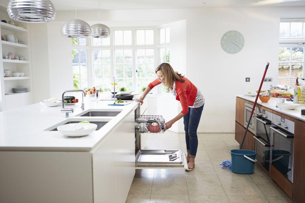 wanita lagi bersih bersih rumah