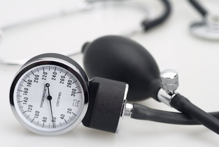 Kontrol tekanan darah secara rutin bagi pengidap hipertensi, kontrol gula darah secara teratur bagi penyandang diabetes, dan kontrol secara rutin untuk penyakit tidak menular lainnya. Foto: thinkstock