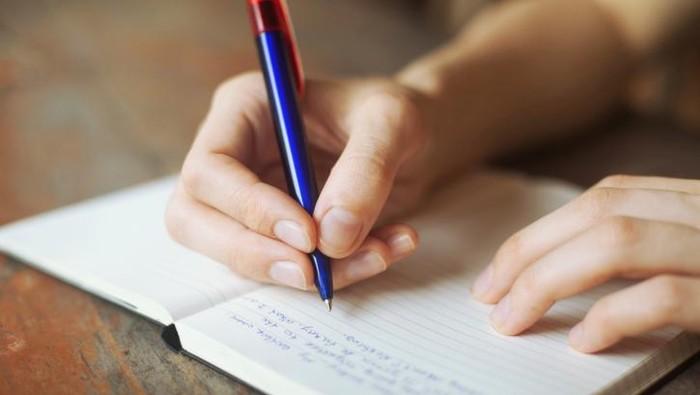 Ilustrasi seseorang tengah menulis surat