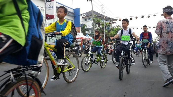 anak sekolah bersepeda di Purwakarta