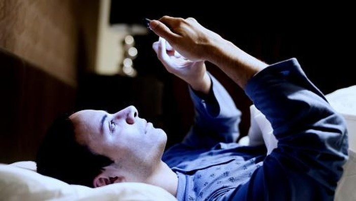 Cahaya biru dari perangkat digital seperti ponsel dan laptop bisa merusak penglihatan, bahkan bikin buta/Foto: thinkstock
