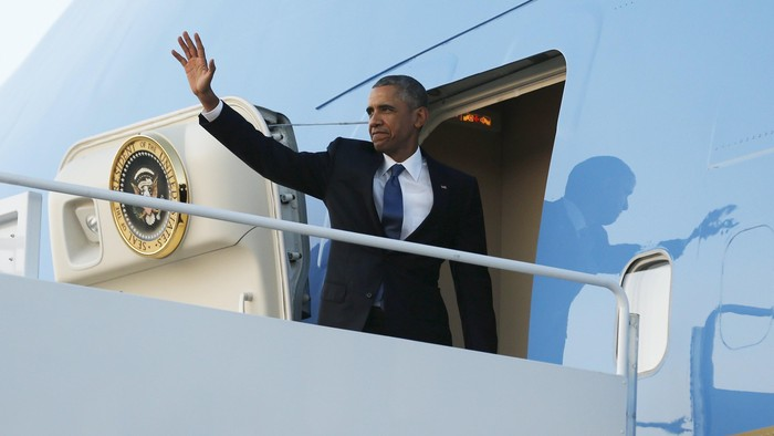 U.S. President Barack Obama waves as he boards Air Force One for travel to Kenya and Ethiopia from Joint Base Andrews, Maryland July 23, 2015. Obama will land in Kenya on Friday with a mission to strengthen U.S. security and economic ties, but his personal connection to his fathers birthplace will dominate a trip that Kenyans view as a native son returning home. REUTERS/Jonathan Ernst      TPX IMAGES OF THE DAY