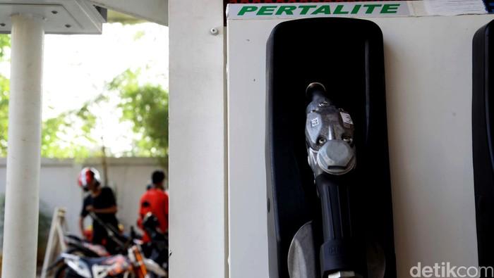 PT Pertamina (Persero) sudah siap untuk menjual produk bensin terbarunya yakni Pertalite. Bensin RON 90 ini akan dijual pertamakali di SPBU Coco, Abdul Muis, Jakarta pada Jumat (24/7/2015) mendatang. Petugas beraktivitas di SPBU Coco, Abdul Muis, Jakarta, Selasa (21/7/2015). Pada Jumat (24/7/2015) mendatang, SPBU ini siap menjual Pertalite RON 90.  Hasan Al Habshy/detikcom.