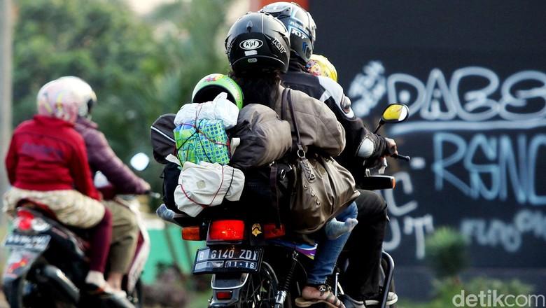 Para pemudik yang menggunakan sepeda motor telah memasuki Bekasi, Rabu (22/7/2015). Sebagian dari mereka terus melanjutkan perjalanan, namun ada juga yang berhenti di Jalan Kalimalang untuk melepas lelah. Rengga Sancaya/detikcom.
