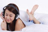 Asal jangan lupa lepas earphone atau headset sebelum tidur ya.