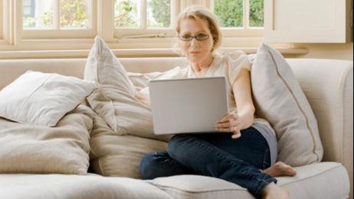 Ilustrasi orang sedang duduk di sofa
