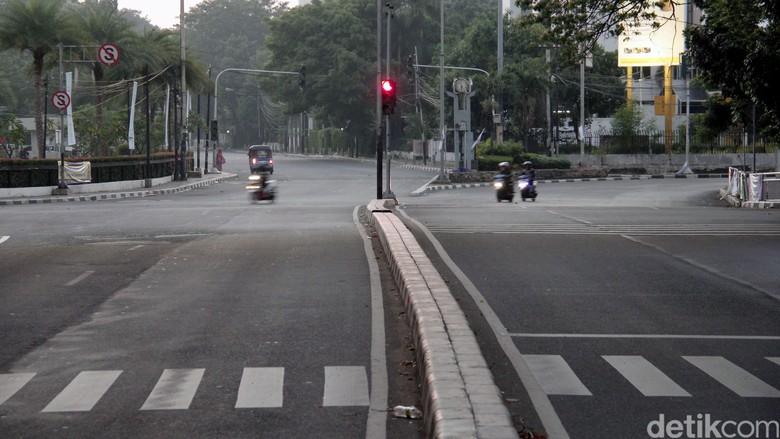 Beberapa ruas jalan di Jakarta pada hari Raya Idul Fitri terpantau sepi, Jumat (17/7/2015). Hanya tampak beberapa kendaraan seperti bajaj, sepeda motor dan beberapa kendaraan roda empat yang melintas di jalanan Ibukota. Rachman Haryanto/detikcom.