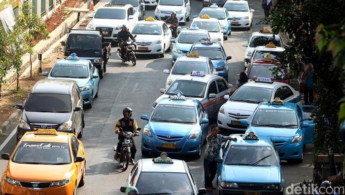 Libur panjang dan cuti bersama Lebaran telah usai. Sebagian warga Jakarta pun sudah mulai beraktivitas seperti biasa. Seperti terliat di Stasiun Palmerah, Jakarta Pusat, Jumat (24/07/2015). Riuh kembali menyapa ibu kota Jakarta yang menjadi tiang sandaran hidup puluhan ribu pekerja. Rengga Sancaya/detikcom.