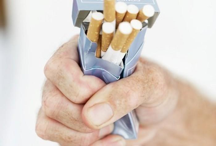 Jika sebelumnya Anda percaya diri merokok dengan tekanan darah sedikit di bawah 140/80 mmHg, kini Anda mungkin harus berpikir ulang tentang kebiasaan Anda. Merokok ditemukan sebagai penyebab kenaikan tekanan darah sewaktu dan pemicu kenaikan detak jantung. Dalam jangka panjang, kandungan rokok membuat pembuluh darah rusak dan menyempit yang memicu hipertensi kronis. Foto: Thinkstock