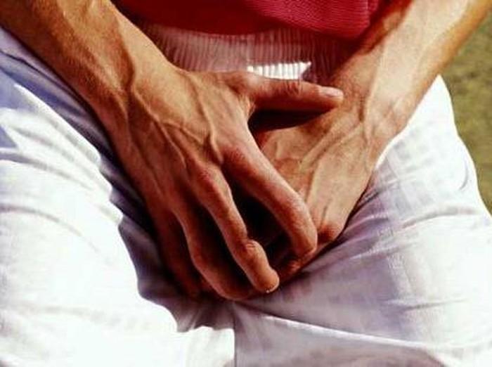 Rasa nyeri yang hebat bisa dirasakan oleh laki-laki bila organ intimnya terbentur. (Foto: thinkstock)