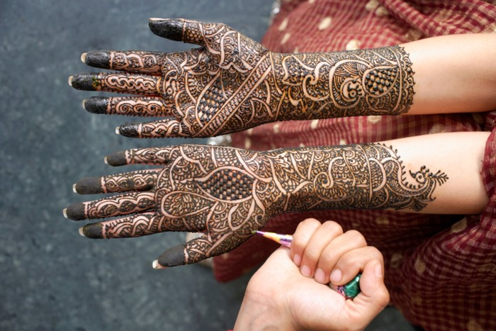 920 Koleksi Gambar Di Tangan Menggunakan Henna Gratis Terbaru