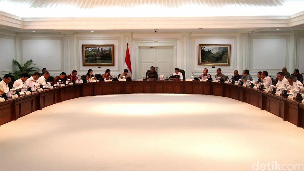 Kumpulkan Menteri, Jokowi Minta Update Jalur Mudik hingga Stok BBM