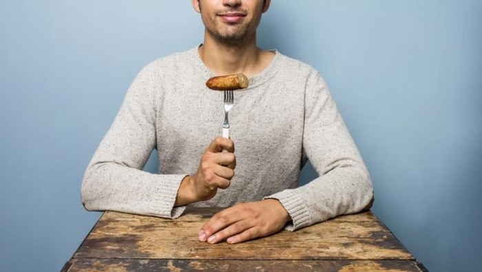 Ilustrasi makan daging, yang berisiko menyebabkan GERD jika terlalu banyak. Foto: Thinkstock