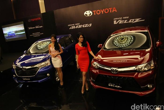 Model berpose di depan Mobil Grand New Avanza dan Grand New Veloz saat peluncuran di Jakarta, Rabu (12/8). PT Toyota Astra Motor meluncurkan dua varian mobil segmen low Multi Purpose Vehicle (MPV) dengan mesin berteknologi dual VVT-i dengan kapasitas 1.300 cc dan 1.500 cc yang merupakan pengembangan atas model Avanza Veloz yang diluncurkan pada 2013.