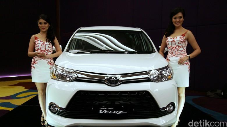 2 Model berpose dengan Toyota Veloz Foto: Agung Pambudhy